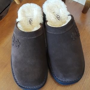NWOT Ugg Brown Kayla Flower Mules